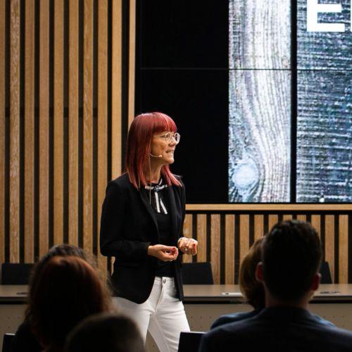 Simone Gerwers während eines Vortrags